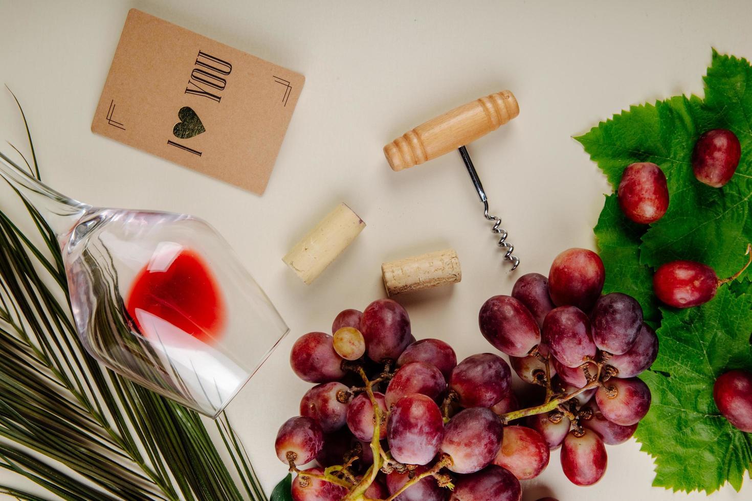 vista superior de vinho e uvas foto