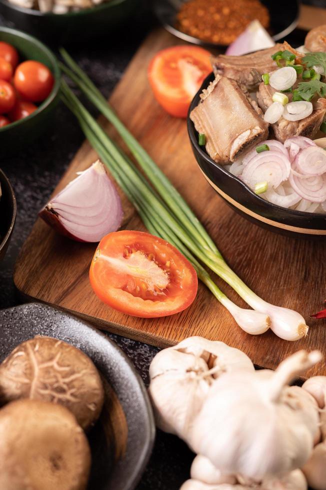 cebolinha, pimentão, alho e cogumelos shiitake foto