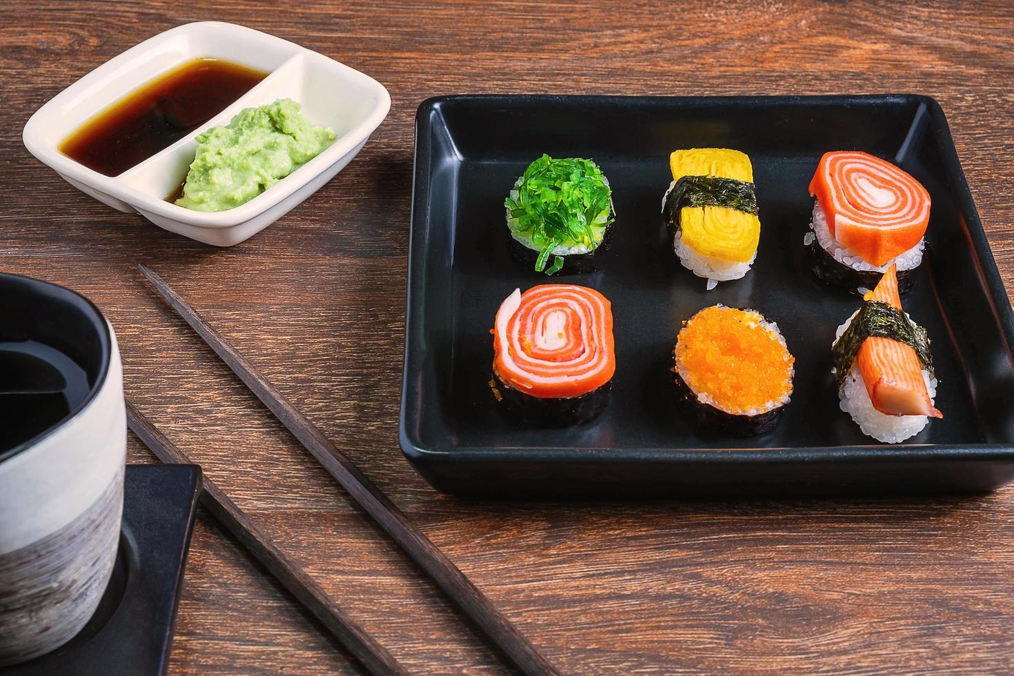 close-up de rolos de sushi foto