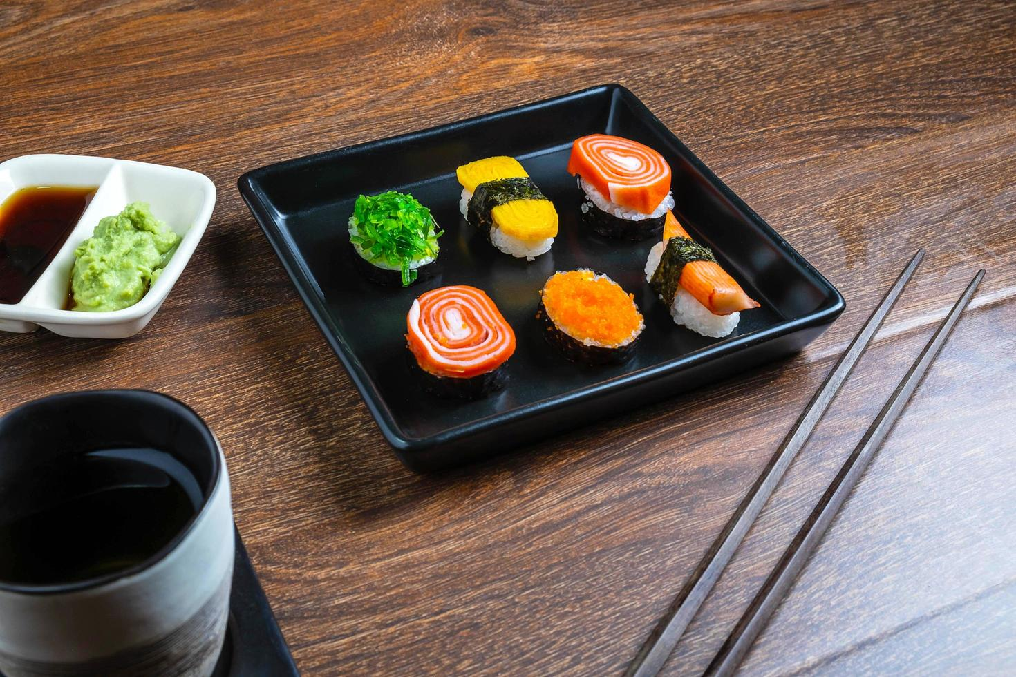 sushi com pauzinhos foto