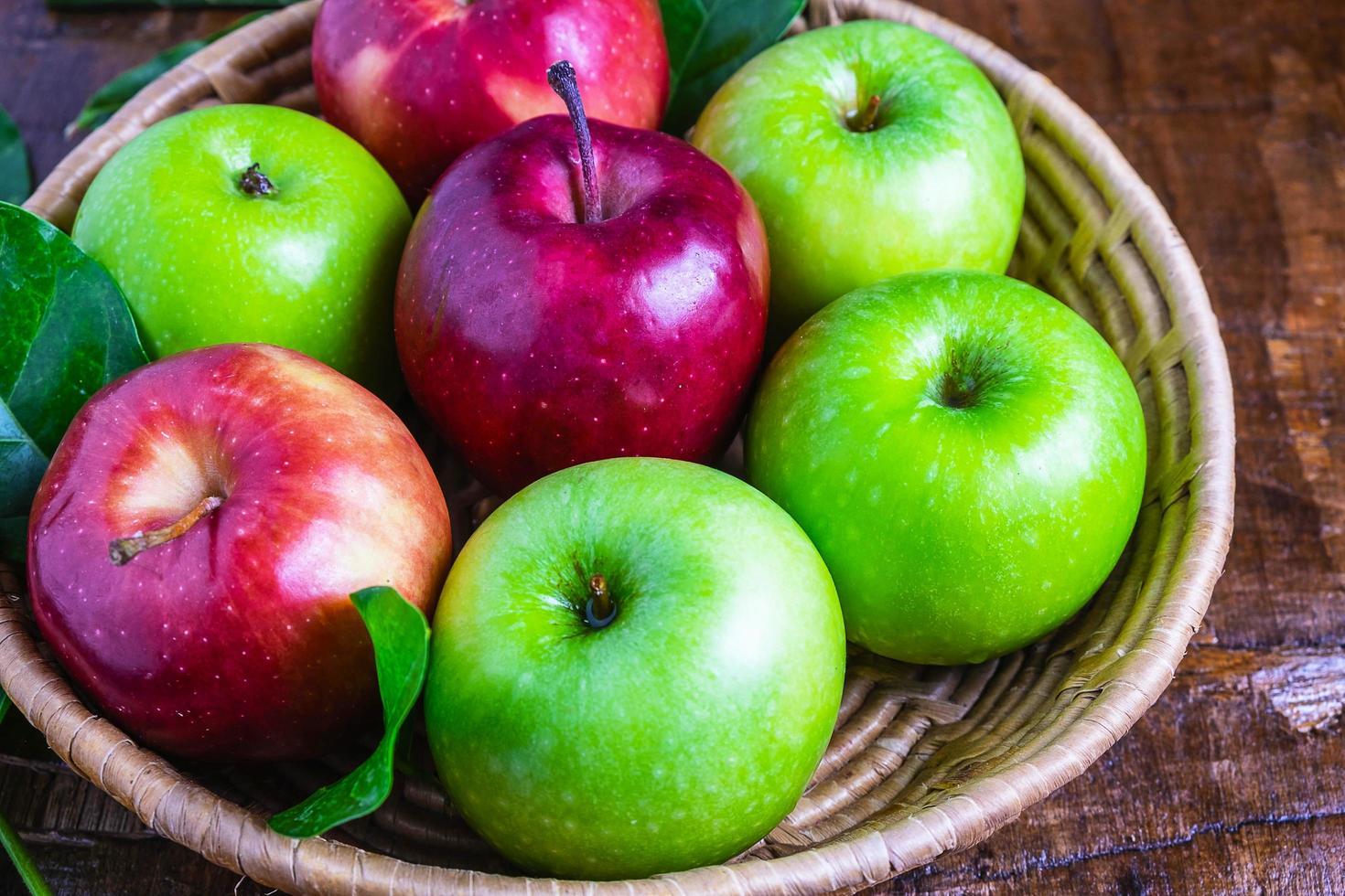 close-up de uma cesta de maçãs foto