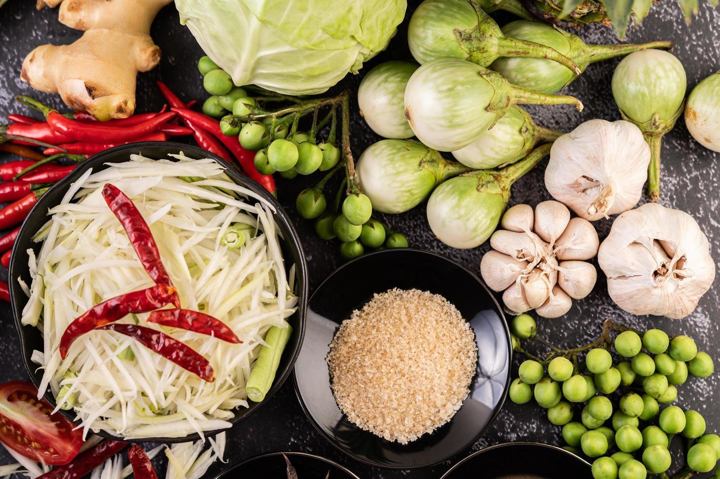 Ingredientes para salada de mamão com peixe fermentado foto