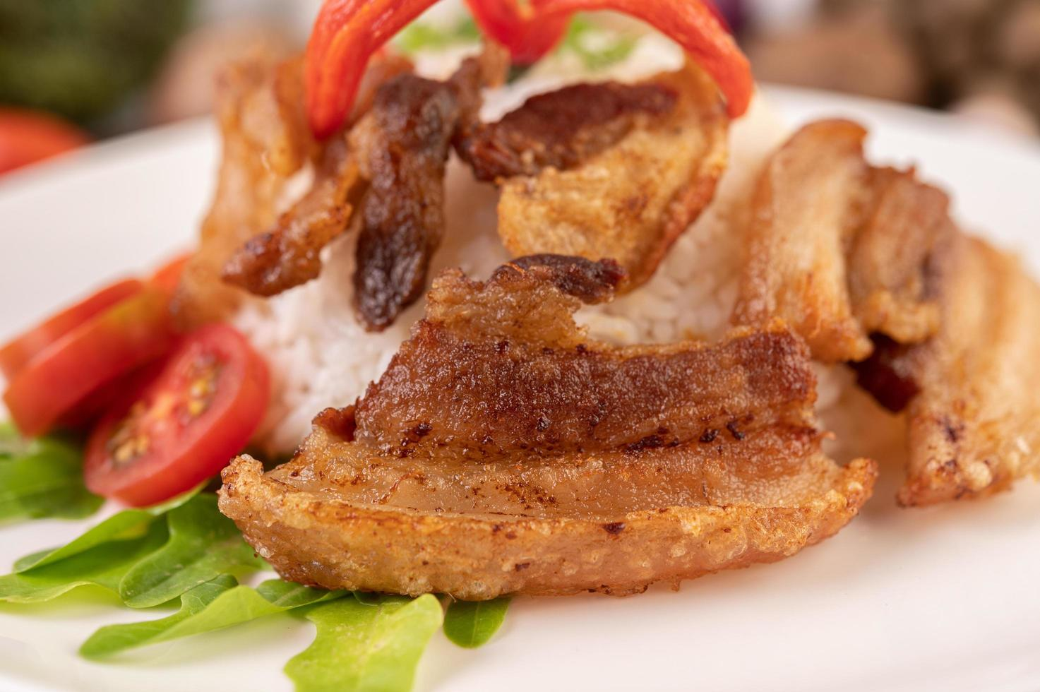 barriga de porco no arroz com legumes foto