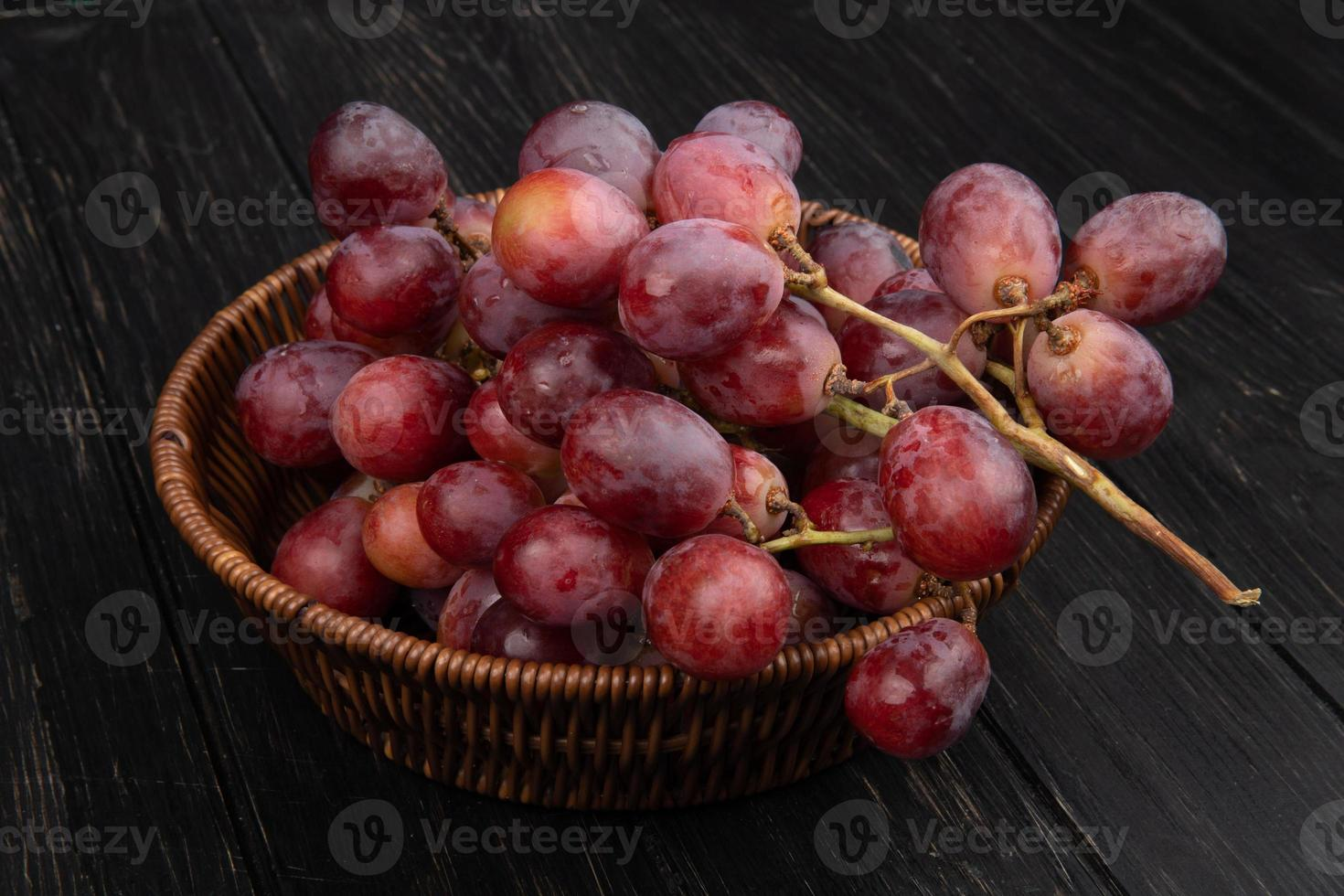 close-up de uvas vermelhas em uma tigela foto