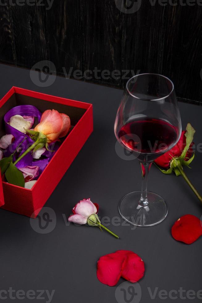 vinho tinto e flores foto