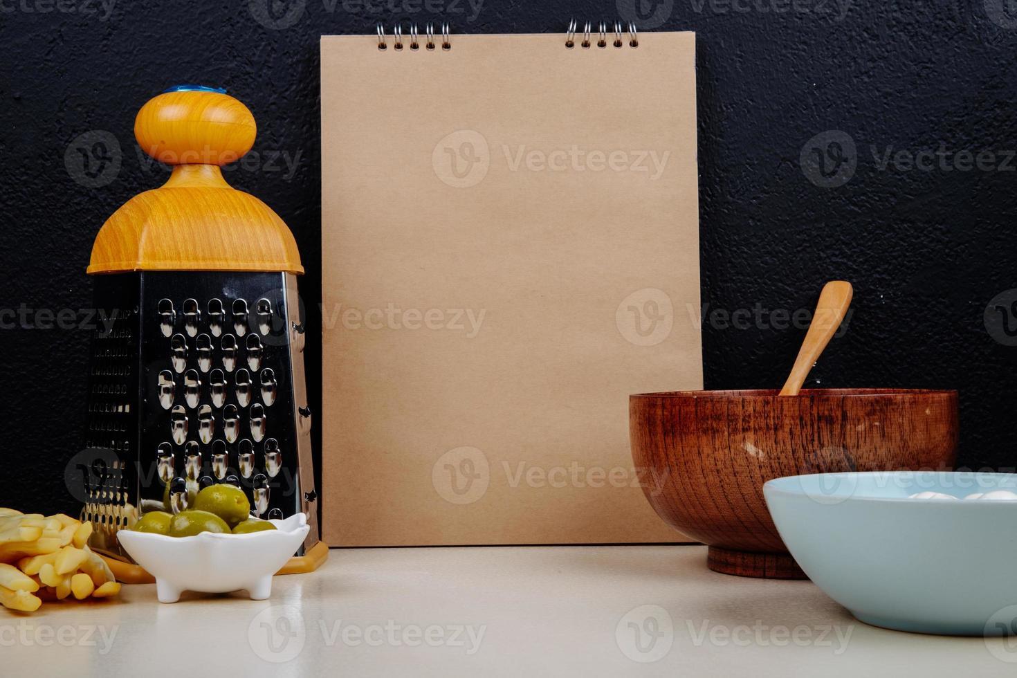 notebook com acessórios de cozinha foto