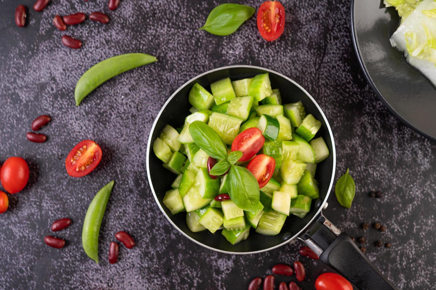 mexa pepinos fritos com tomates foto