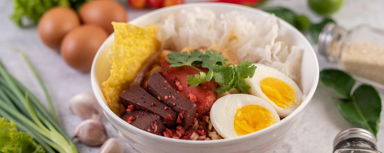 yentafo com ovo cozido, cebolinha e chili foto