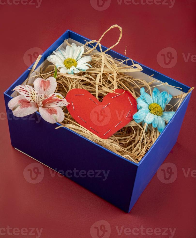 caixa com um coração e flores dentro foto