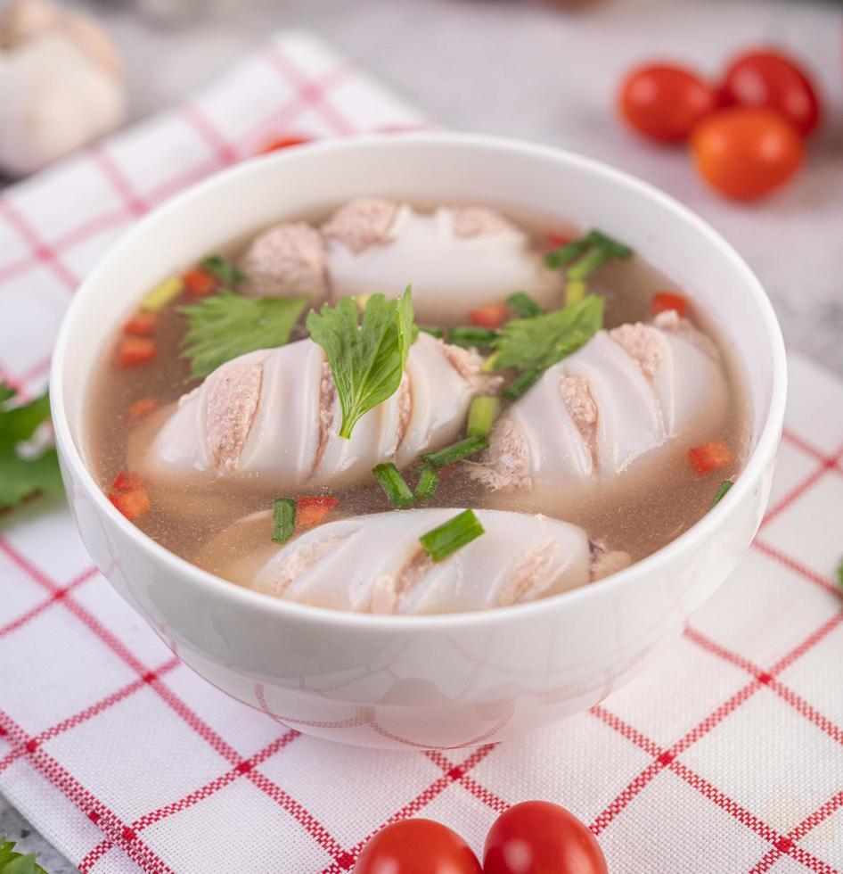 sopa de lula recheada de porco com tomate foto