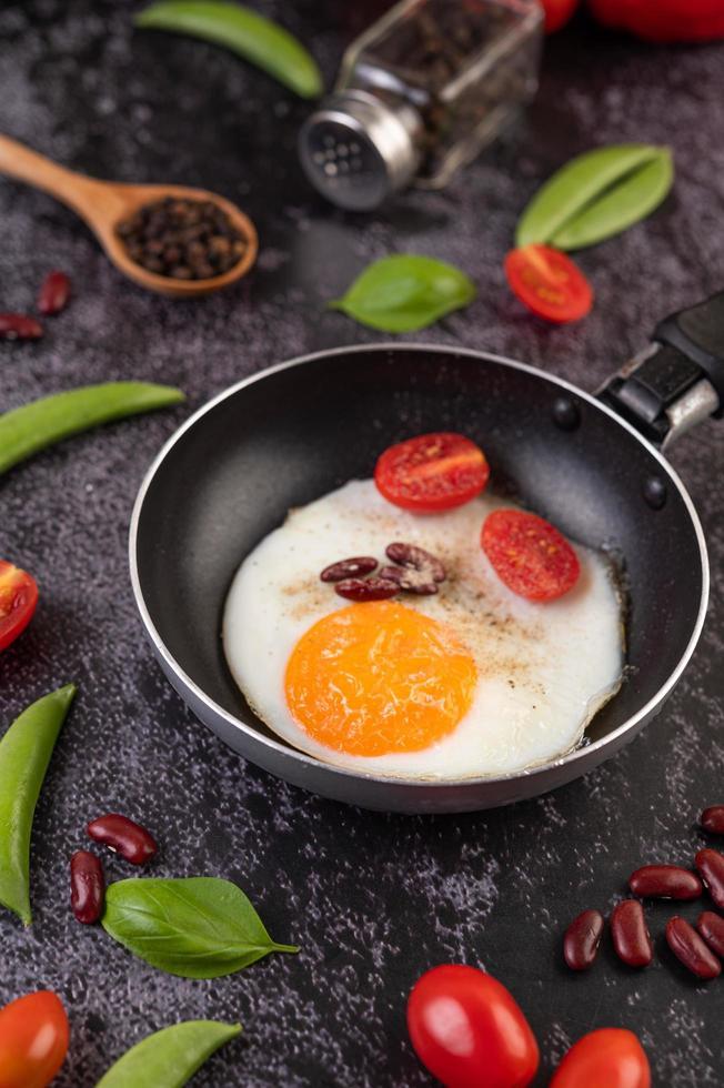 ovo frito em uma frigideira foto