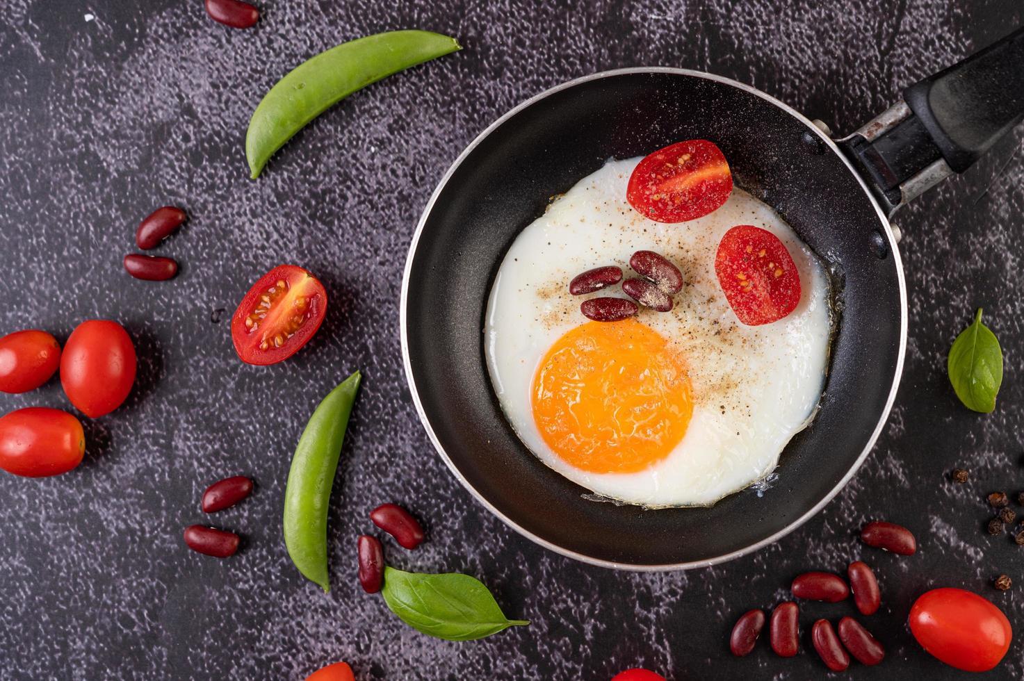 ovos fritos em uma frigideira foto
