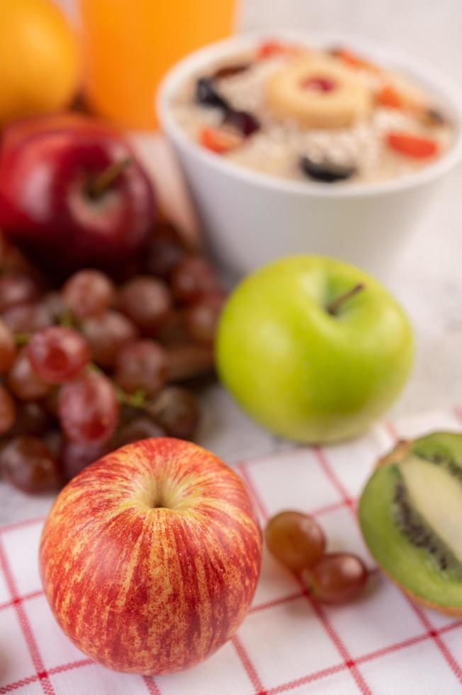 maçãs, uvas, kiwi e laranjas juntos foto