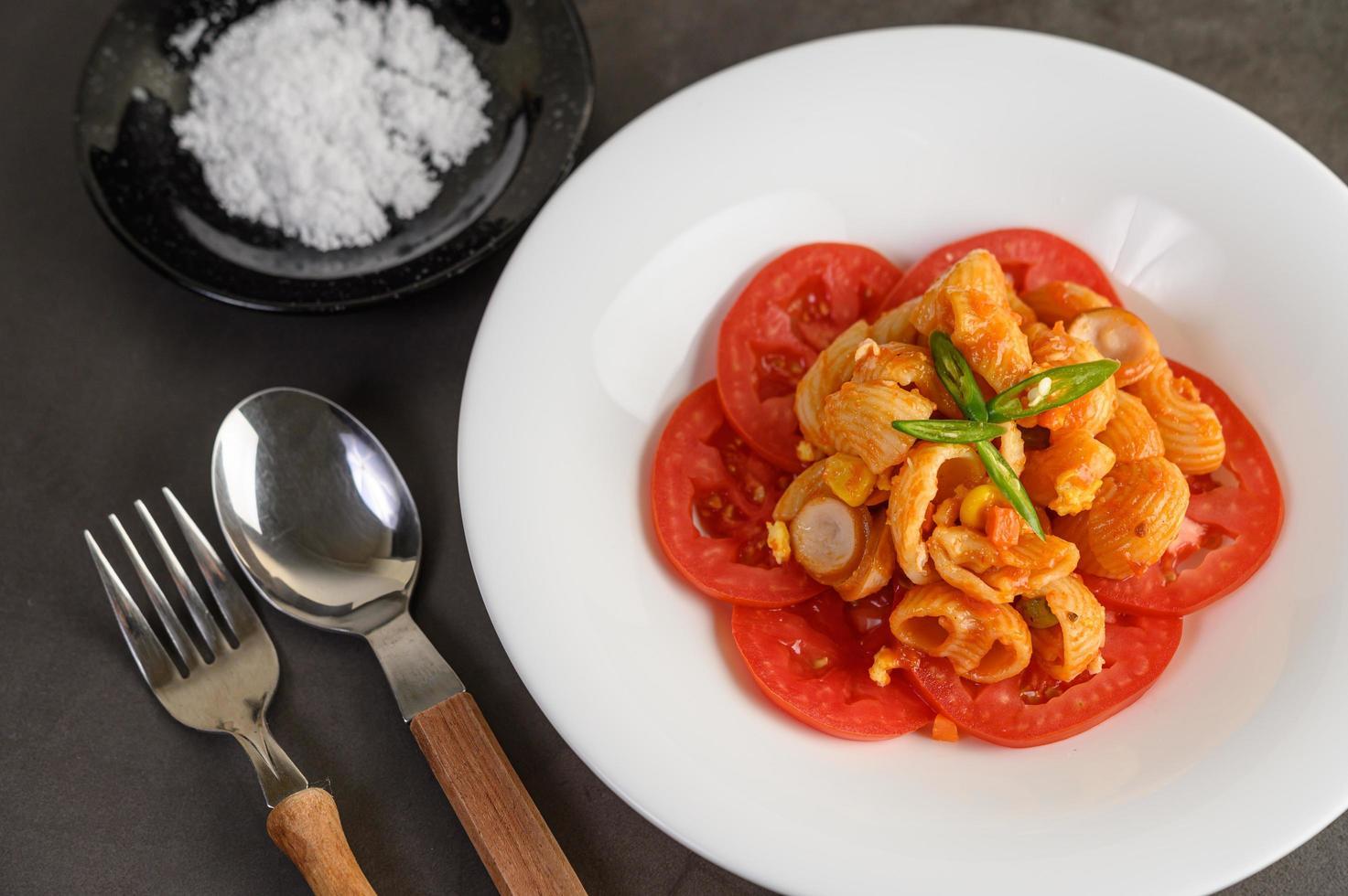 macarrão de tomate frito foto