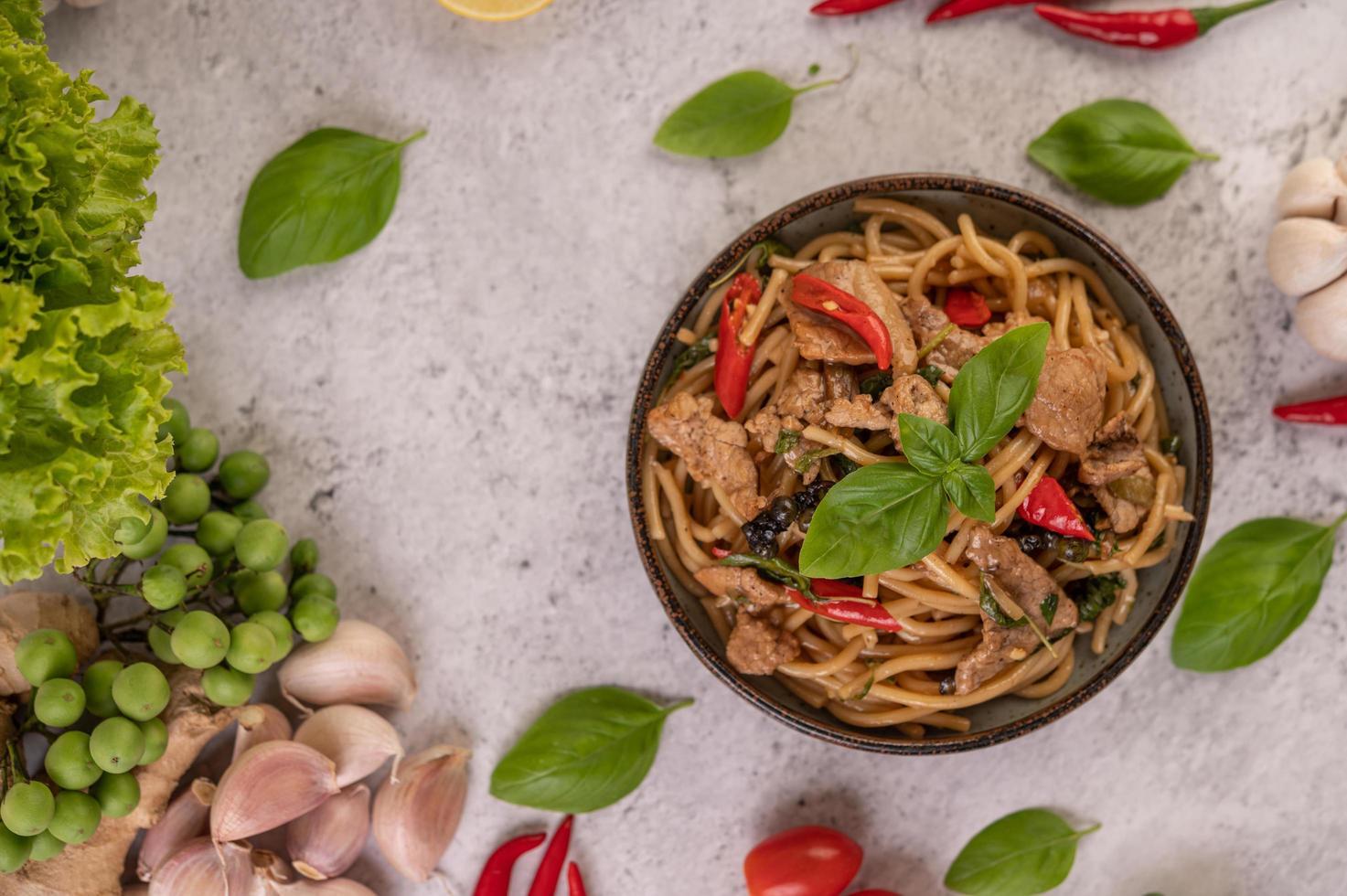 refogue espaguete e carne de porco foto