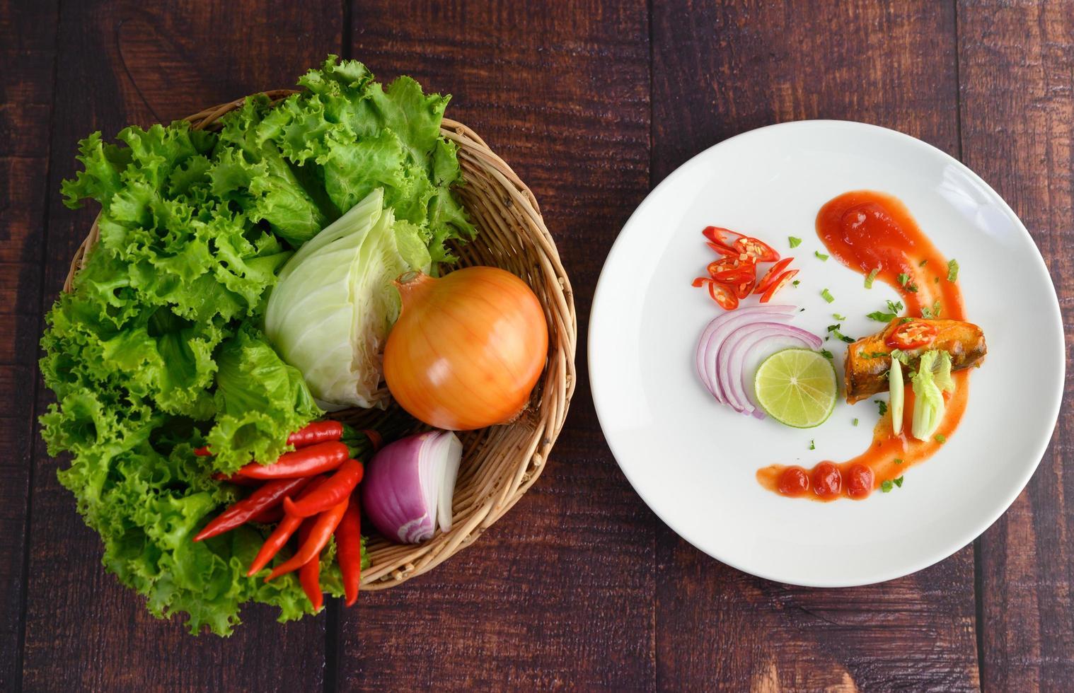 sardinha com molho de tomate e ingredientes culinários foto