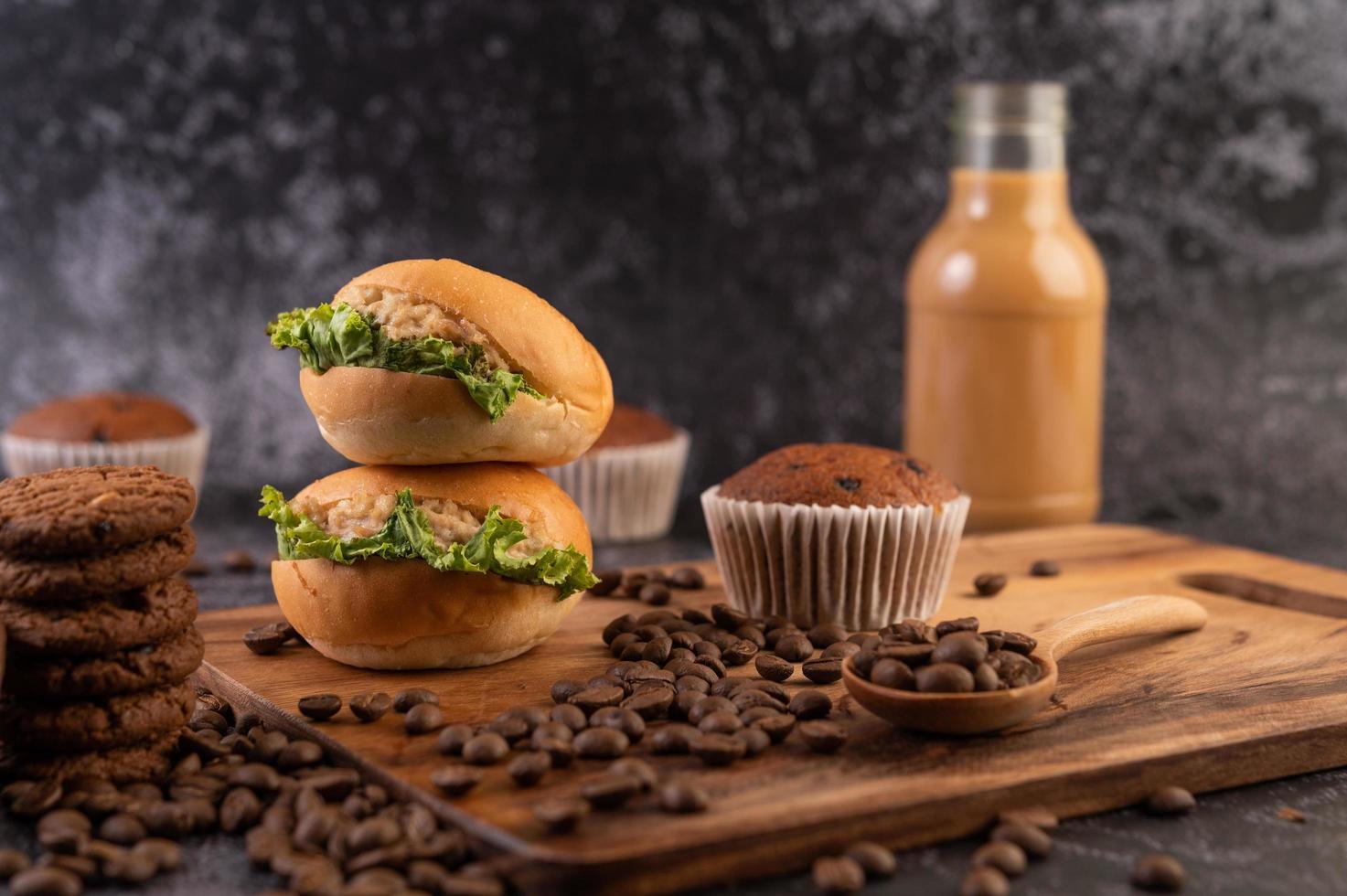 hambúrgueres com grãos de café em uma placa de madeira marrom foto