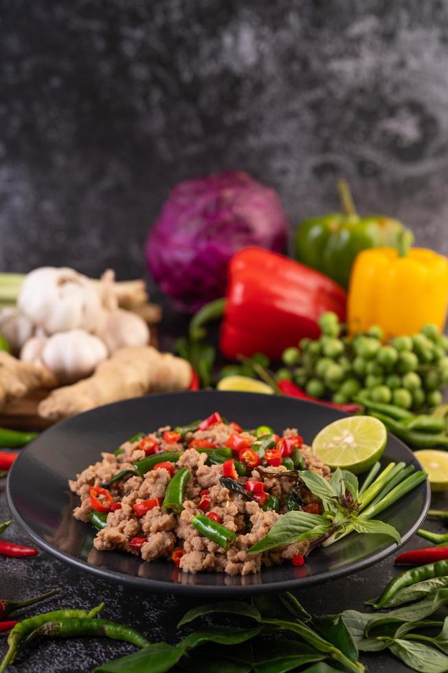 manjericão de porco frito com legumes foto