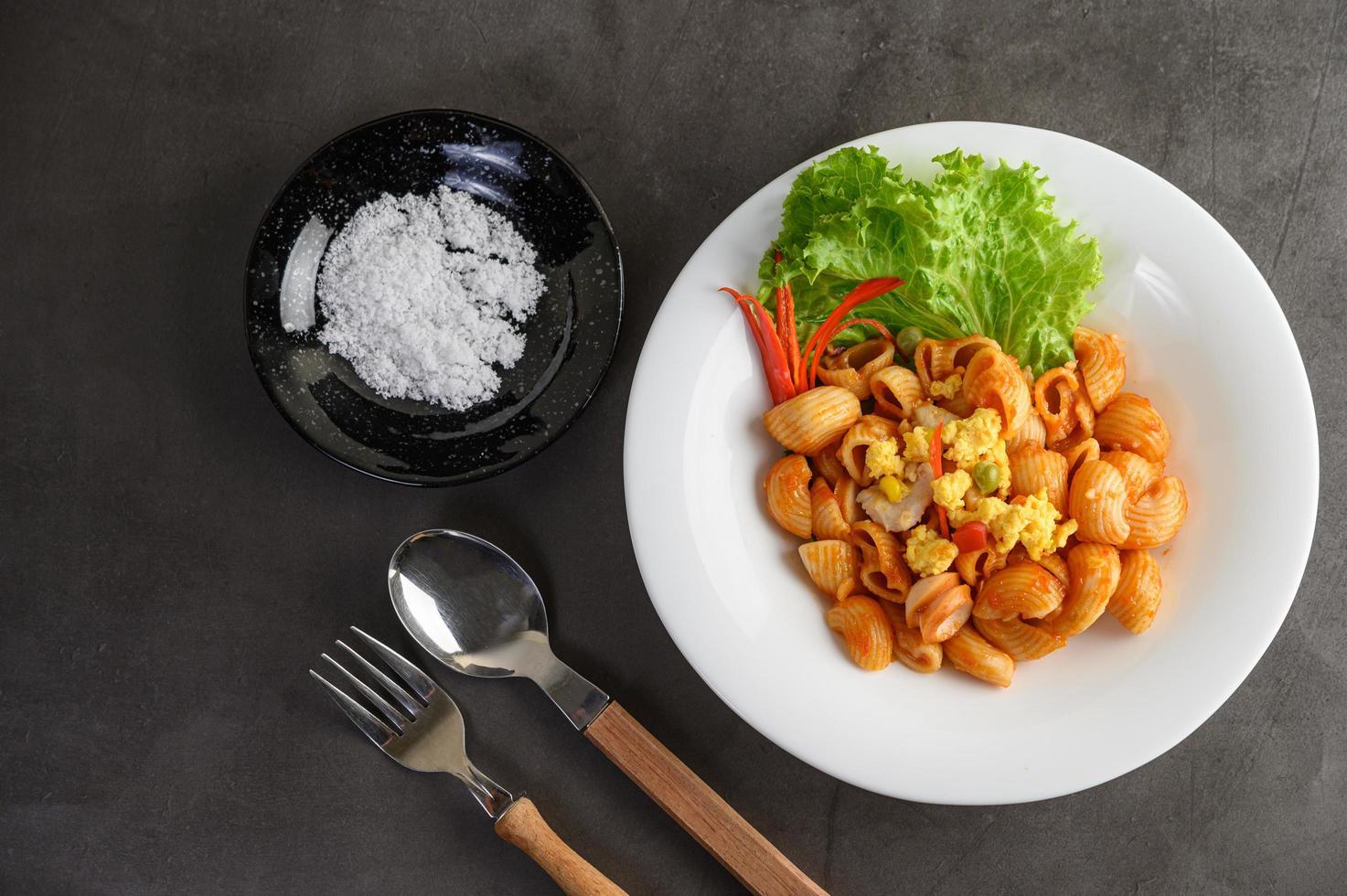 mexa macarrão frito com tomate foto
