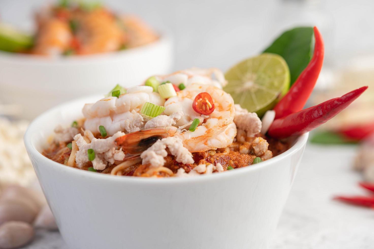macarrão instantâneo frito com camarão e porco foto