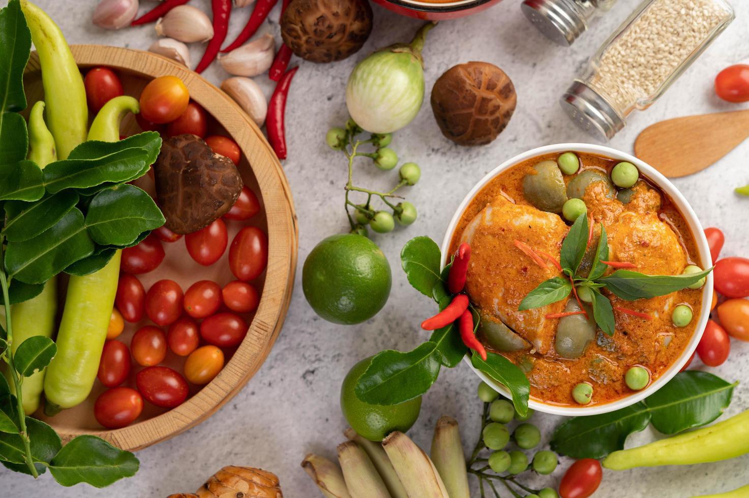 frango com curry vermelho foto