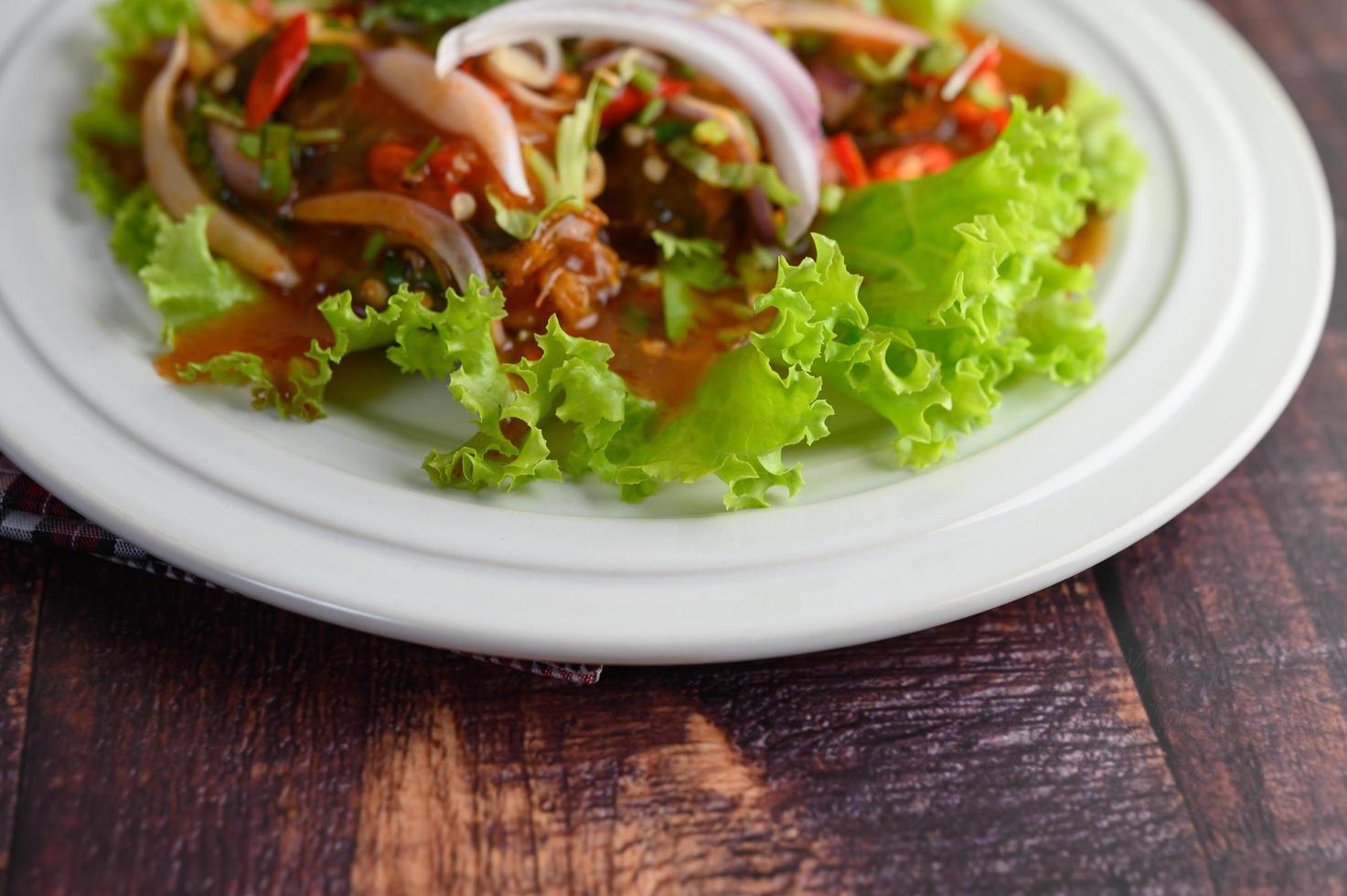 Salada picante com sardinha em molho de tomate foto