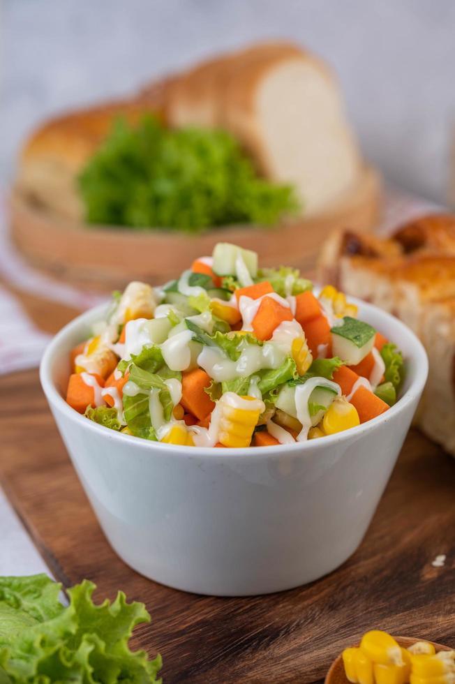 salada de pepino, milho, cenoura e alface foto