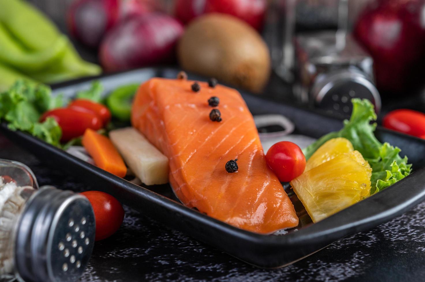 filé de salmão cru com pimenta, kiwi, abacaxi e alecrim foto