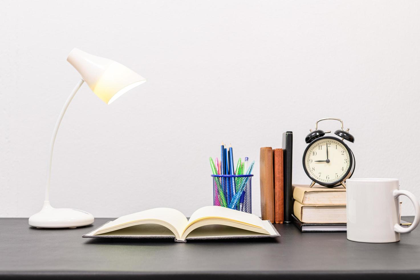livros e artigos de papelaria na mesa foto