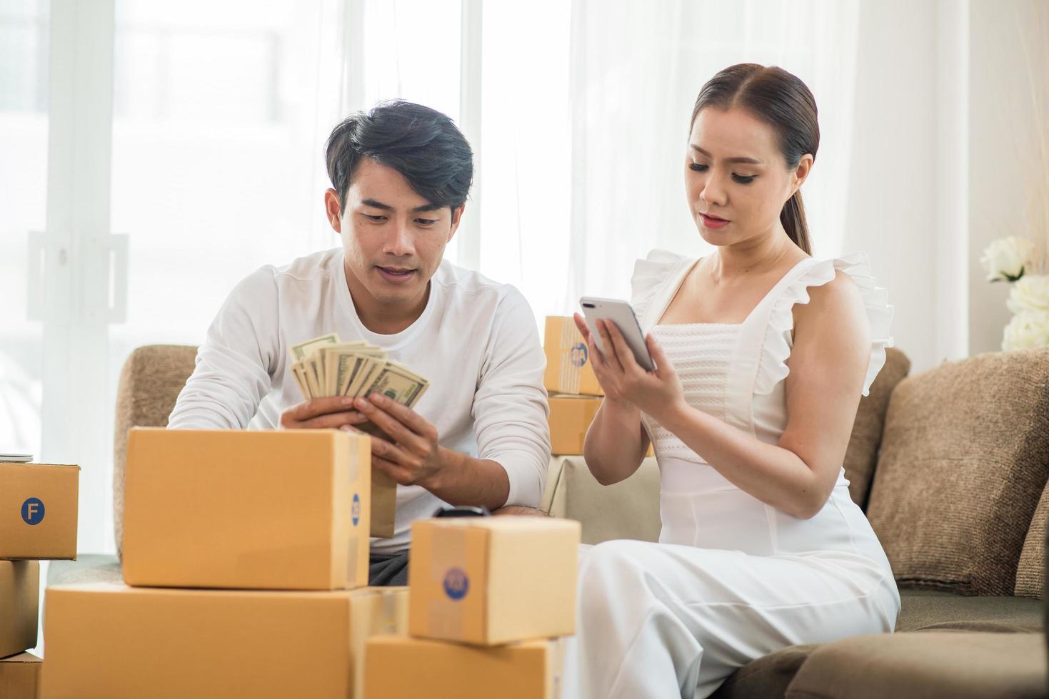 casal feliz no escritório em casa com negócios online foto