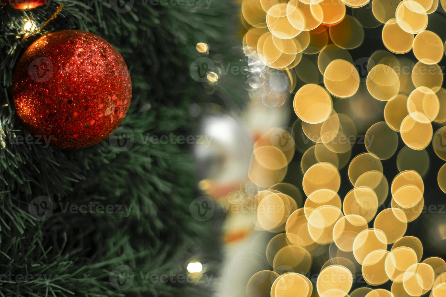 árvore de natal e luzes de bokeh foto