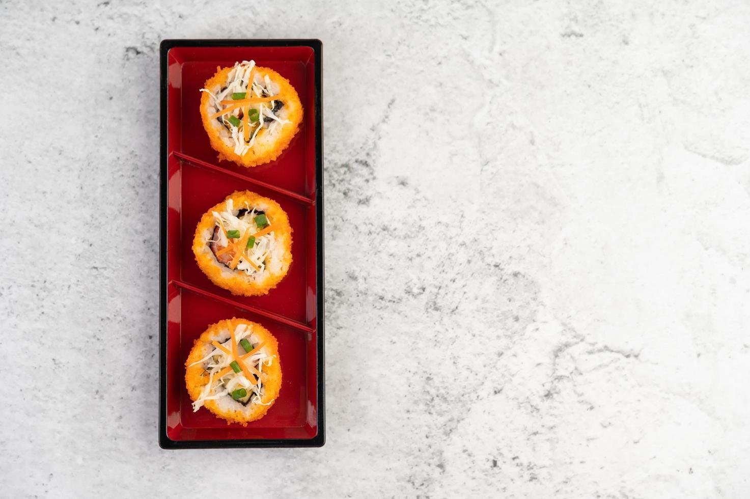 rolinhos de sushi variados foto