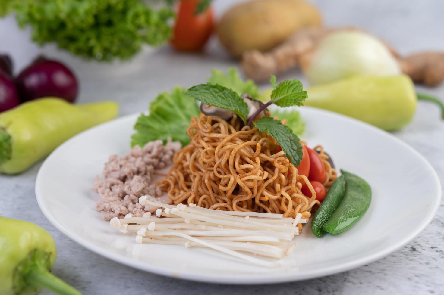 macarrão frito com vegetais misturados foto