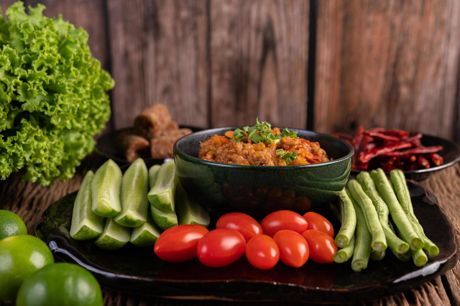 tigela de porco doce com pepino, feijão comprido e tomate foto