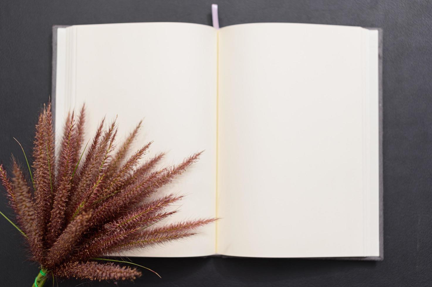 caderno em branco na mesa foto
