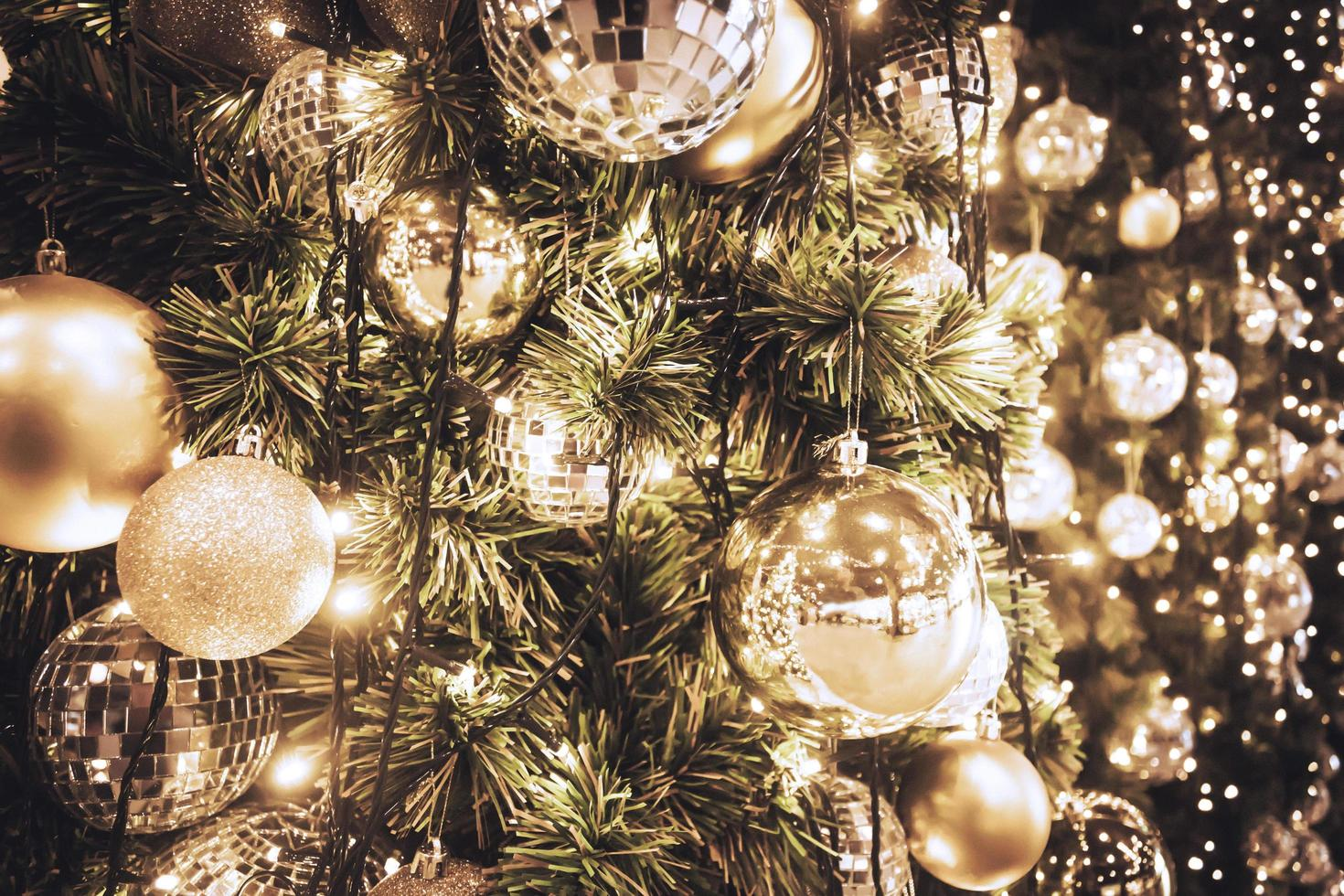 árvore de natal, enfeites e luzes foto