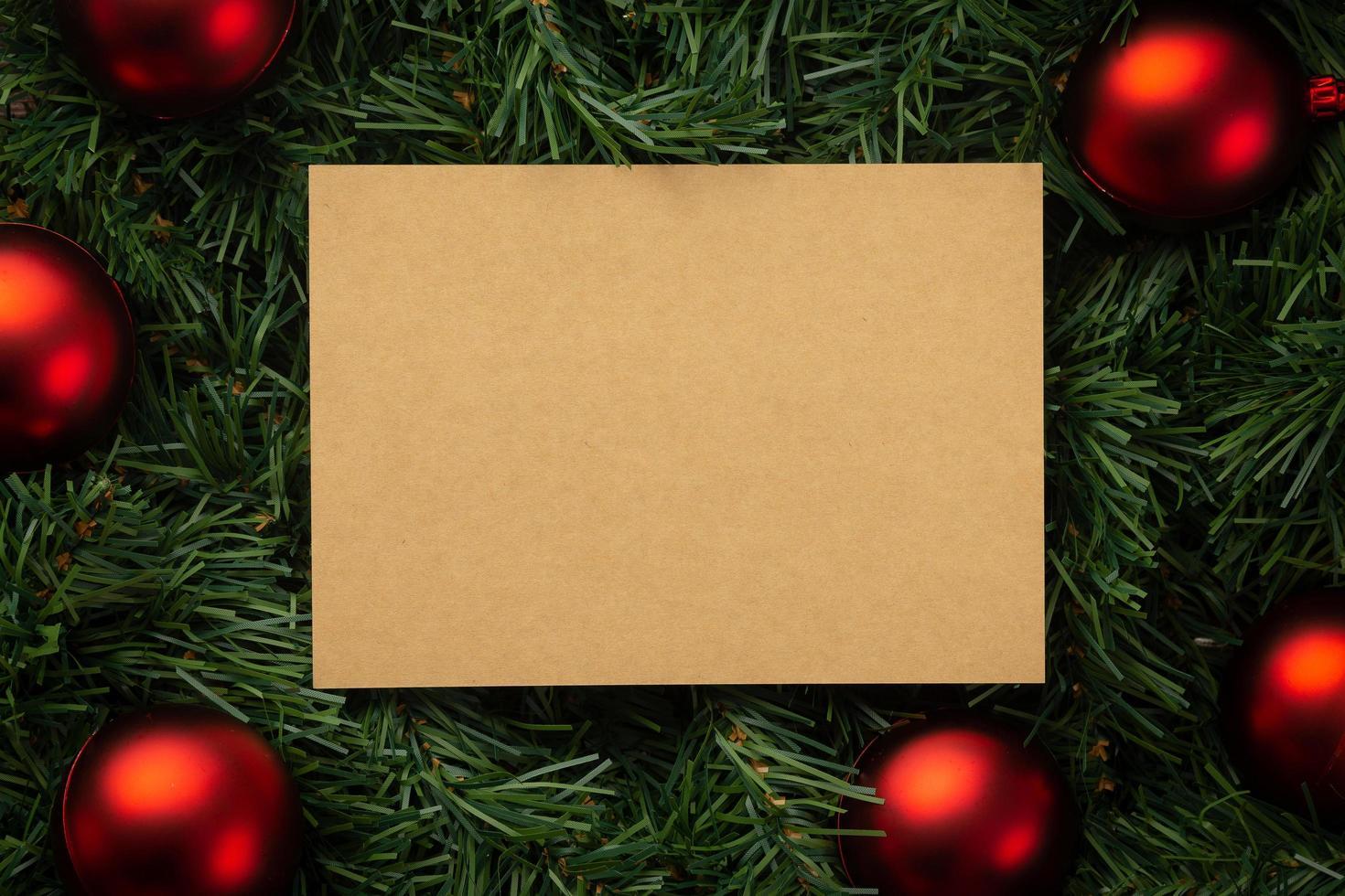 Modelo de maquete de nota de papel para artesanato de Natal feliz com decorações de folhas de pinho foto