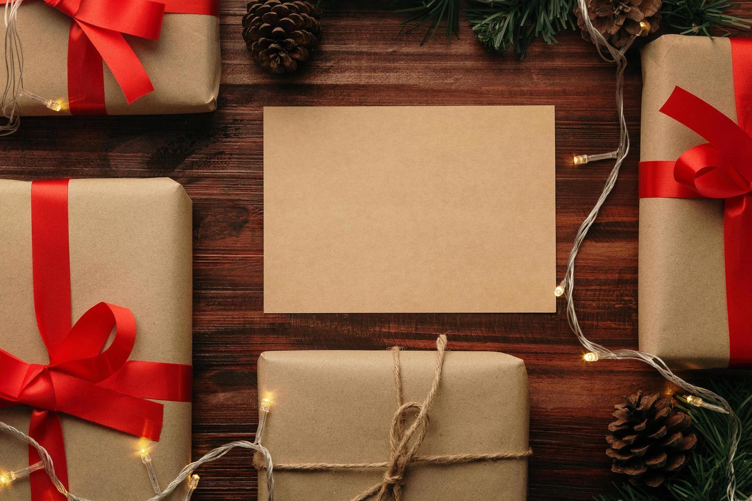 Modelo de maquete de cartão de feliz Natal com decorações para presente de Natal foto