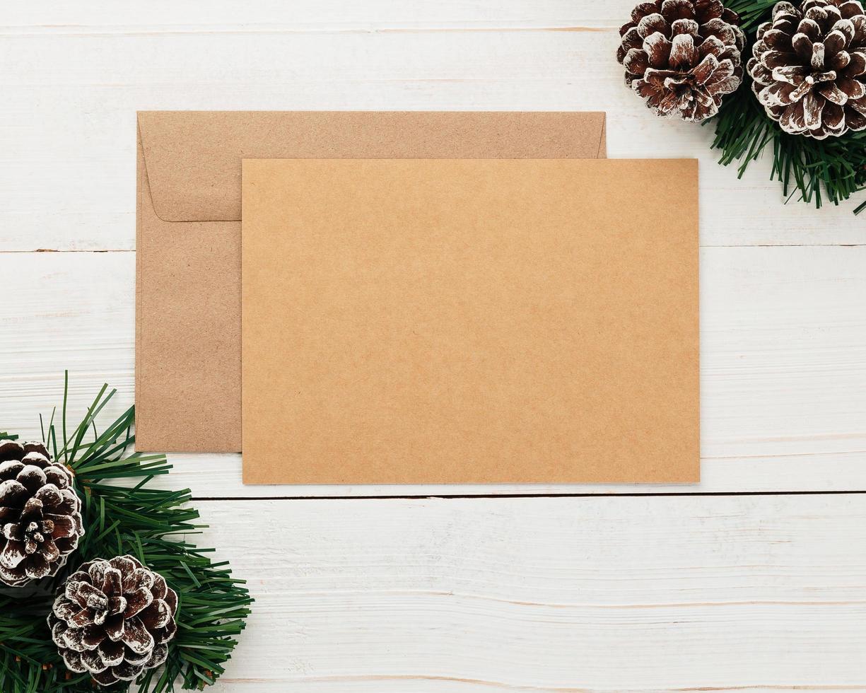 Cartão de feliz Natal e modelo de maquete de envelope foto