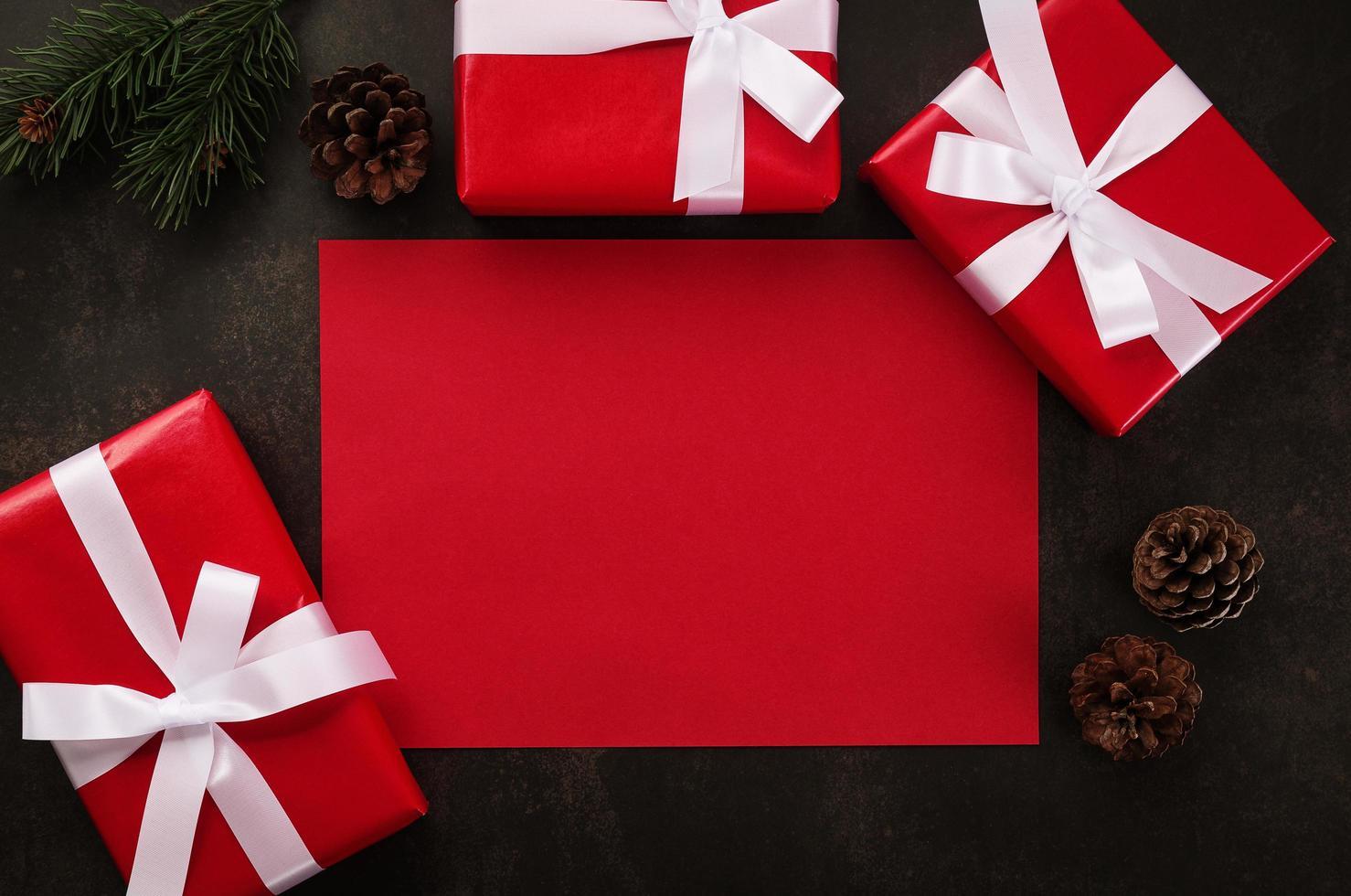 maquete de cartão vermelho em branco com decoração de presente de Natal em fundo grunge foto