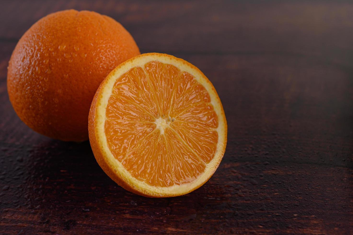 imagem macro de uma laranja madura em fundo de madeira foto