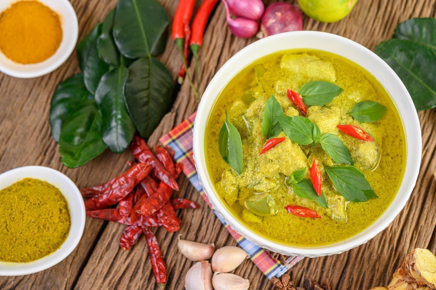 curry verde picante em uma tigela com especiarias foto