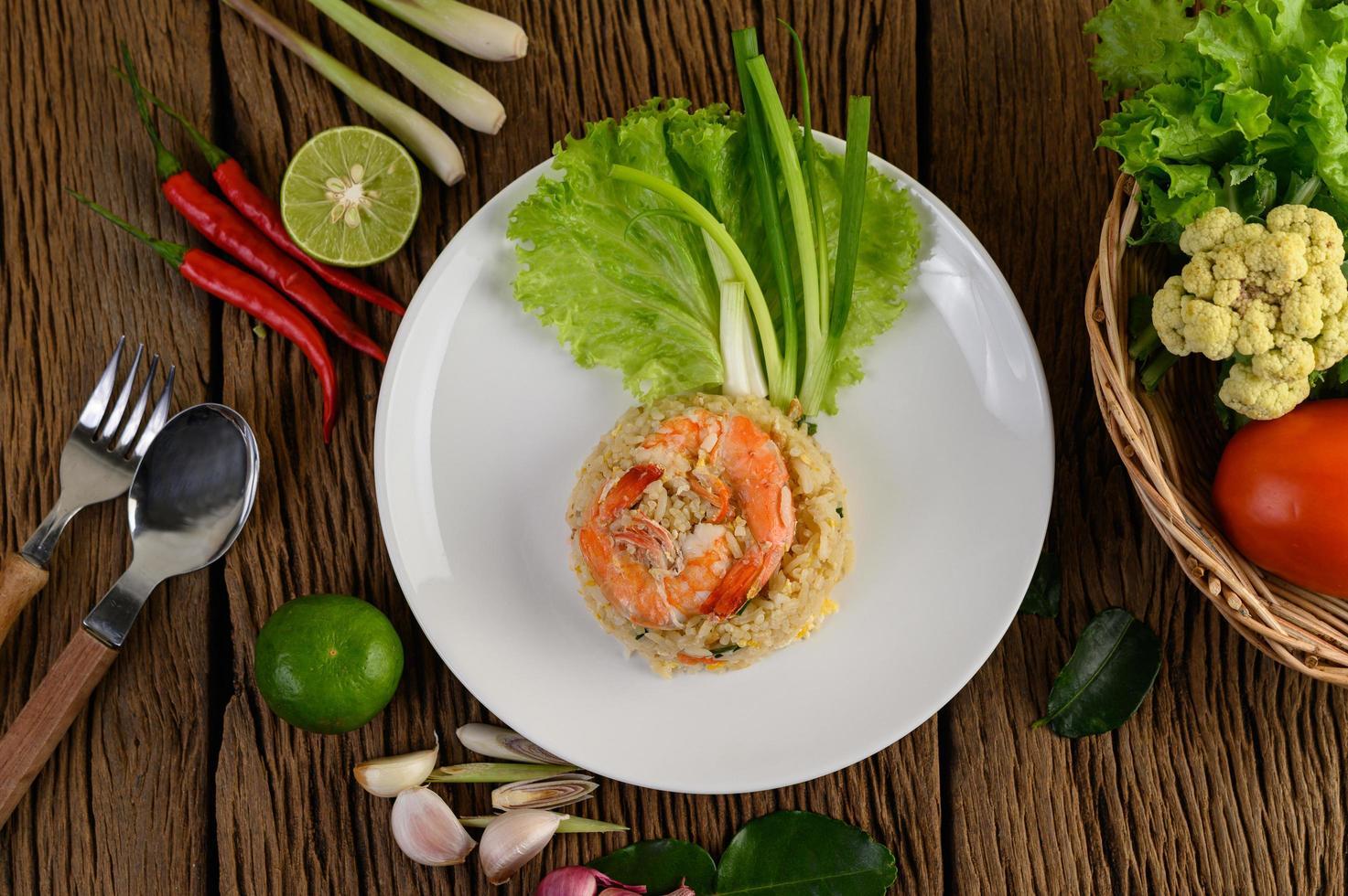 camarão arroz frito em travessa branca foto
