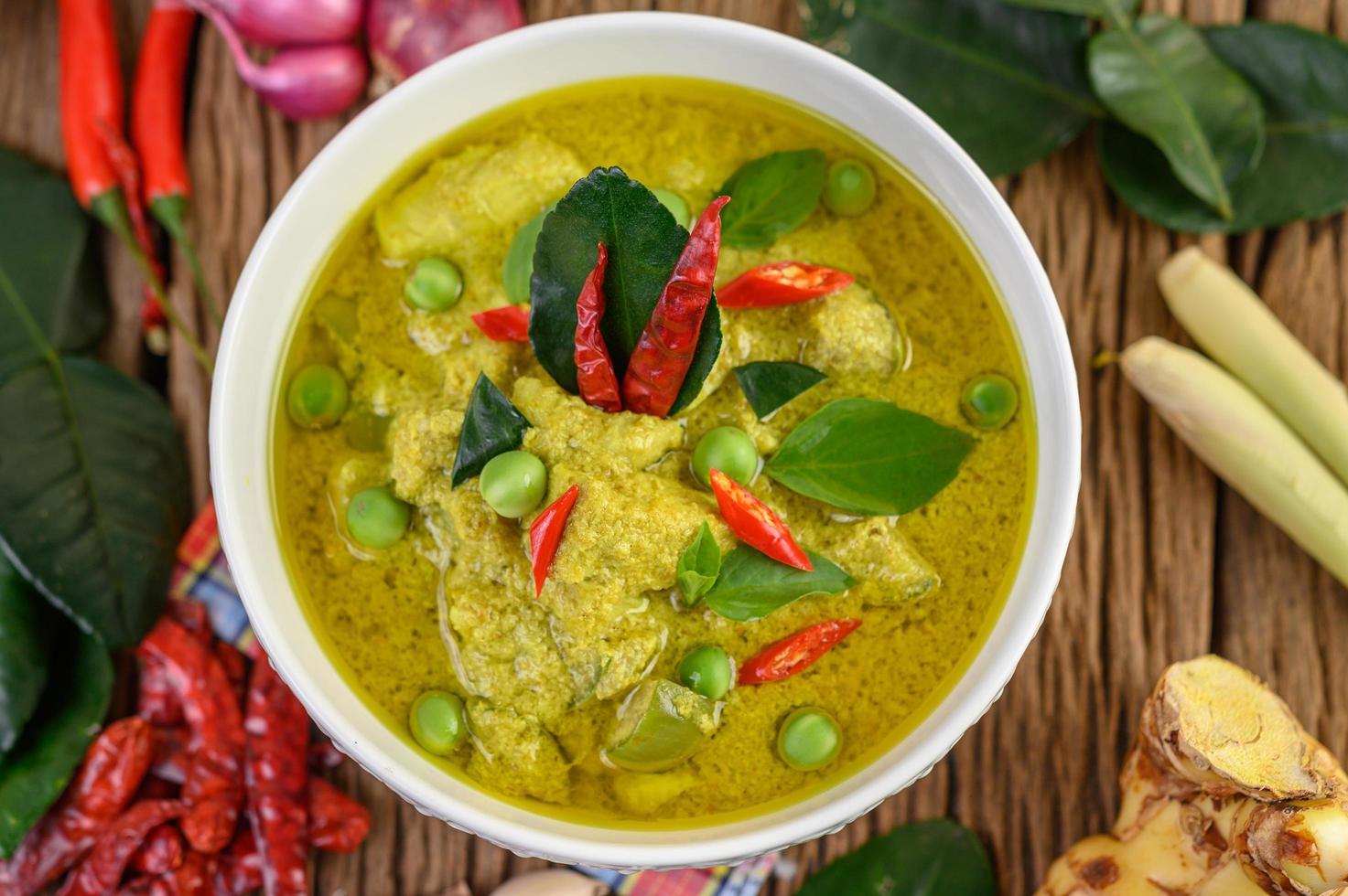 curry verde com limão, cebola roxa, capim-limão, alho e folhas de kaffir foto