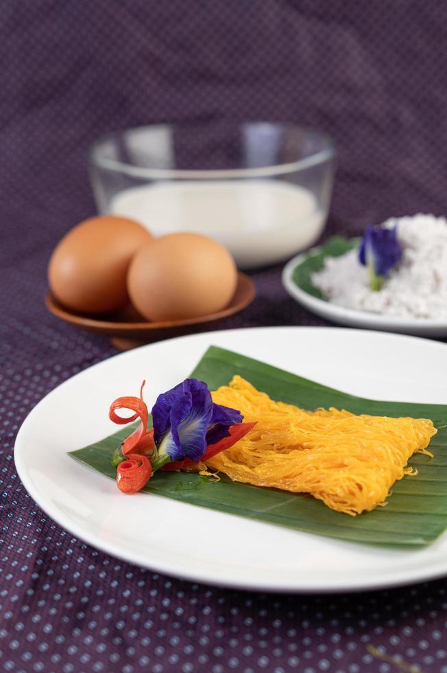 fios de ovos prato de dois ovos e leite de coco foto
