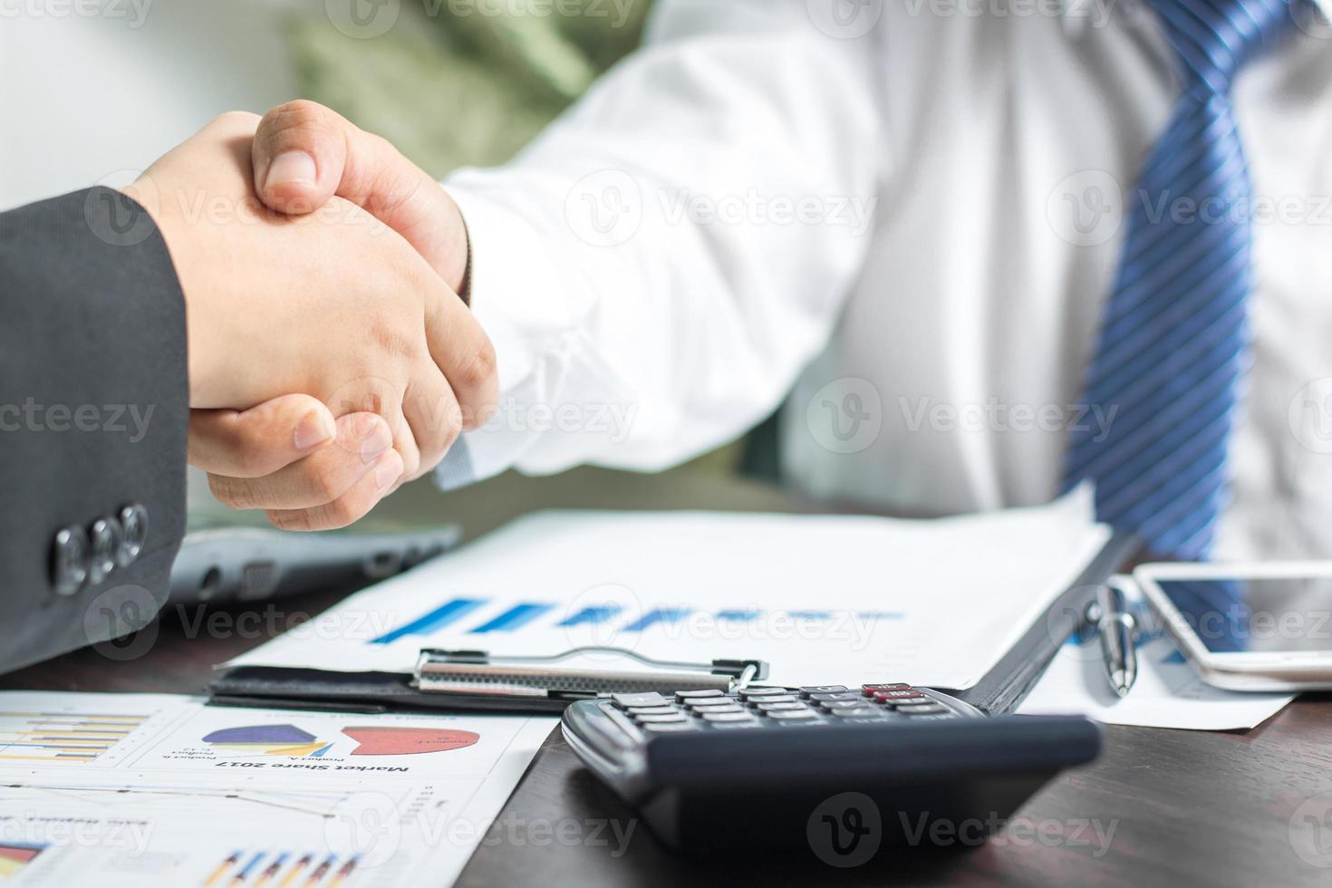 duas pessoas de negócios, apertando as mãos foto