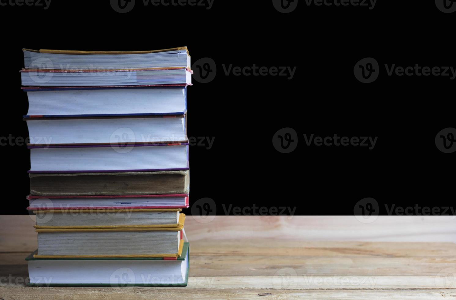grande pilha de livros foto