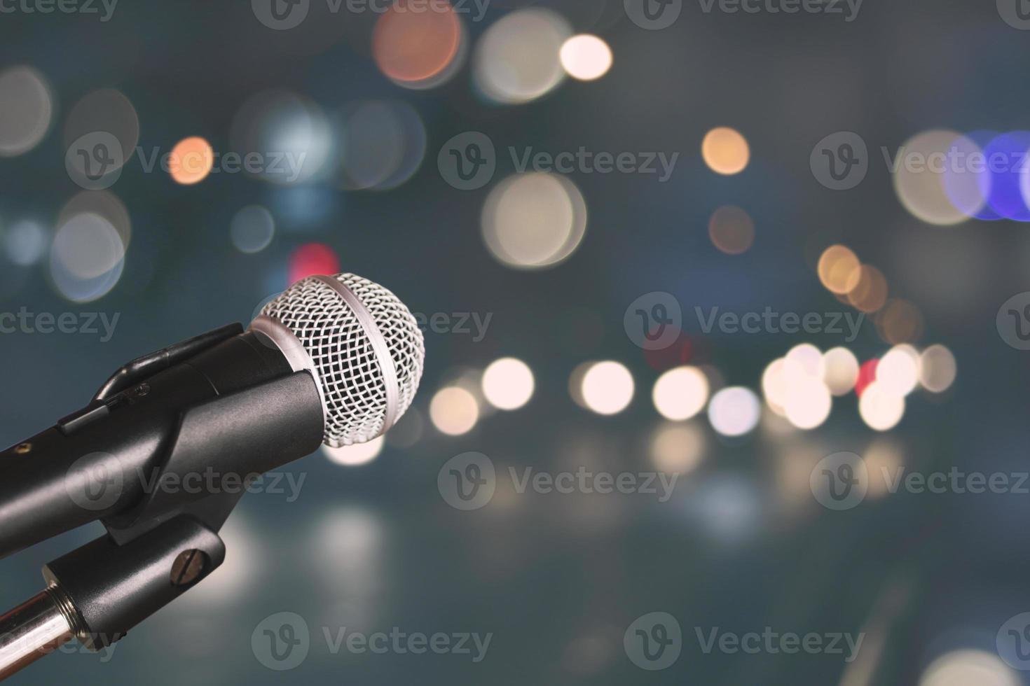 microfone com fundo bokeh foto