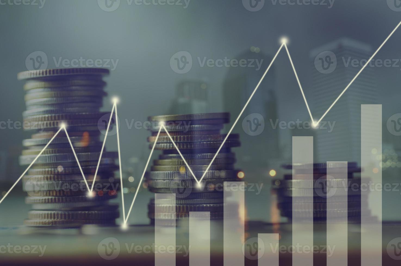 moedas empilhadas com uma sobreposição de gráfico foto