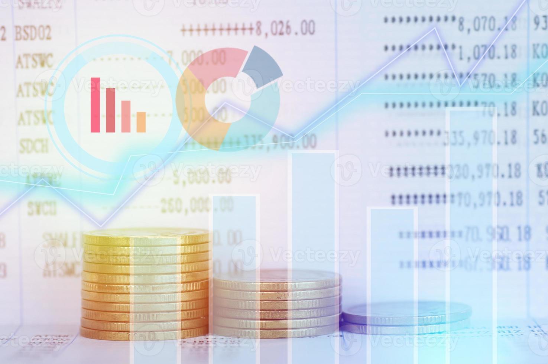 pilha de moedas com sobreposição de gráfico foto